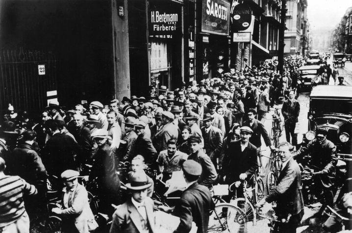 Nach dem Zusammenbruch des damals zweitgrößten deutschen Geldinstituts Darmstaedter und Danat-Bank stehen Hunderte Kunden vor dem Berliner Postscheckamt, um ihr Guthaben abzuheben.