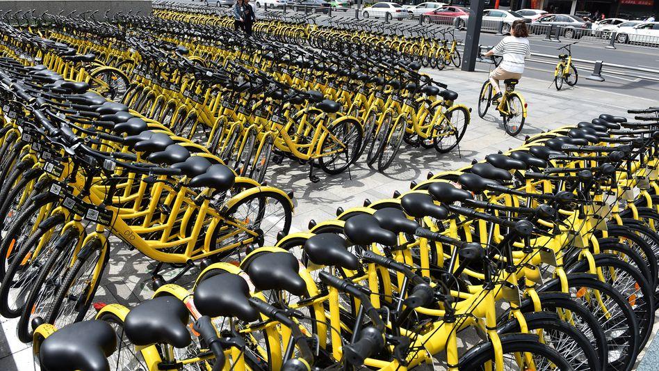 Masse ist Trumpf: Im Südwesten Chinas stehen Leihräder von Ofo an einer U-Bahn-Station. Durch die Masse der Räder wurde Bikesharing dort zum Erfolg. Nun rollt der Angriff in Deutschland.