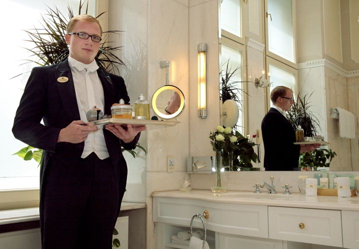 Kommen Sie morgens nur mit Butler-Hilfe rechtzeitig ins Büro? Dann sollten Sie Ihren Kleiderschrank ordnen