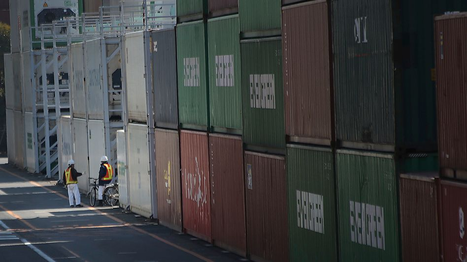 Arbeiter im Containerhafen von Tokio