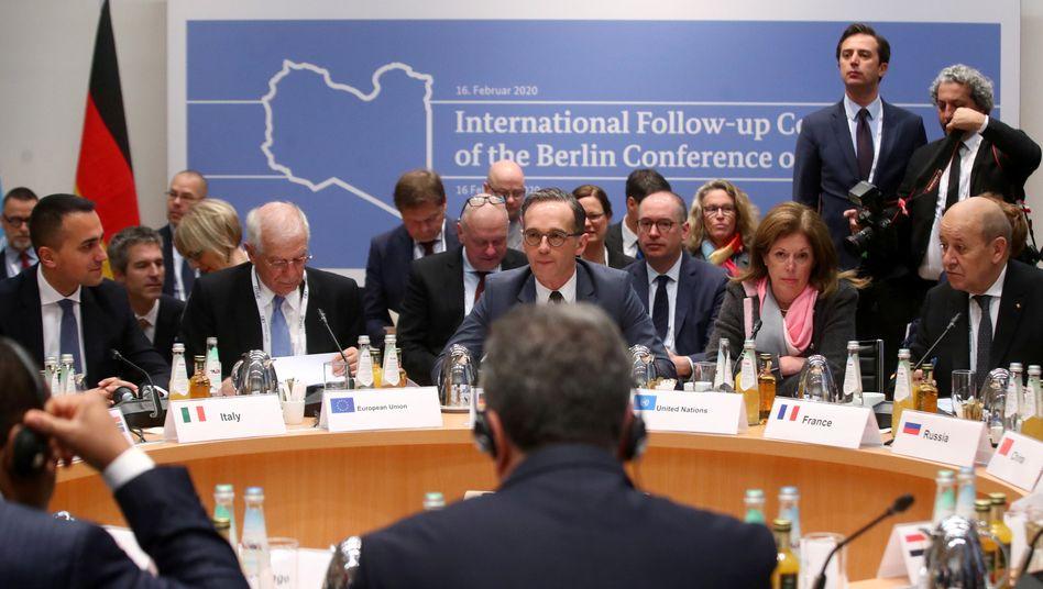 Außenminister Heiko Maas (Mitte), Außenminister, Stephanie Williams (2.v.r. sitzend), stellvertretende UN- Sondersondergesandte für Libyen, und weitere Politiker bei der 56. Münchner Sicherheitskonferenz