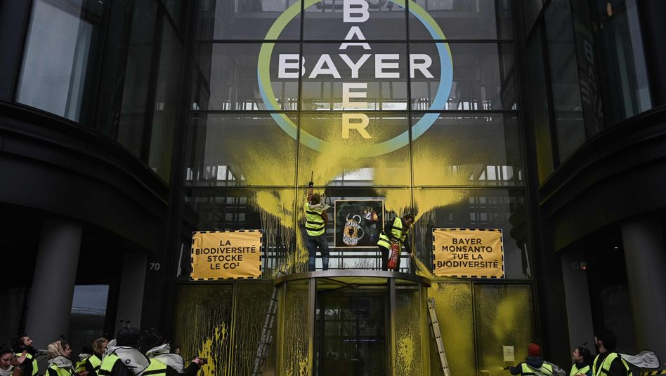 Attac-Protest vor der Bayer-Zentrale in der Nähe von Paris: Die Bayer-Tochter Monsanto soll schwarze Listen von ihren Kritikern erstellt haben