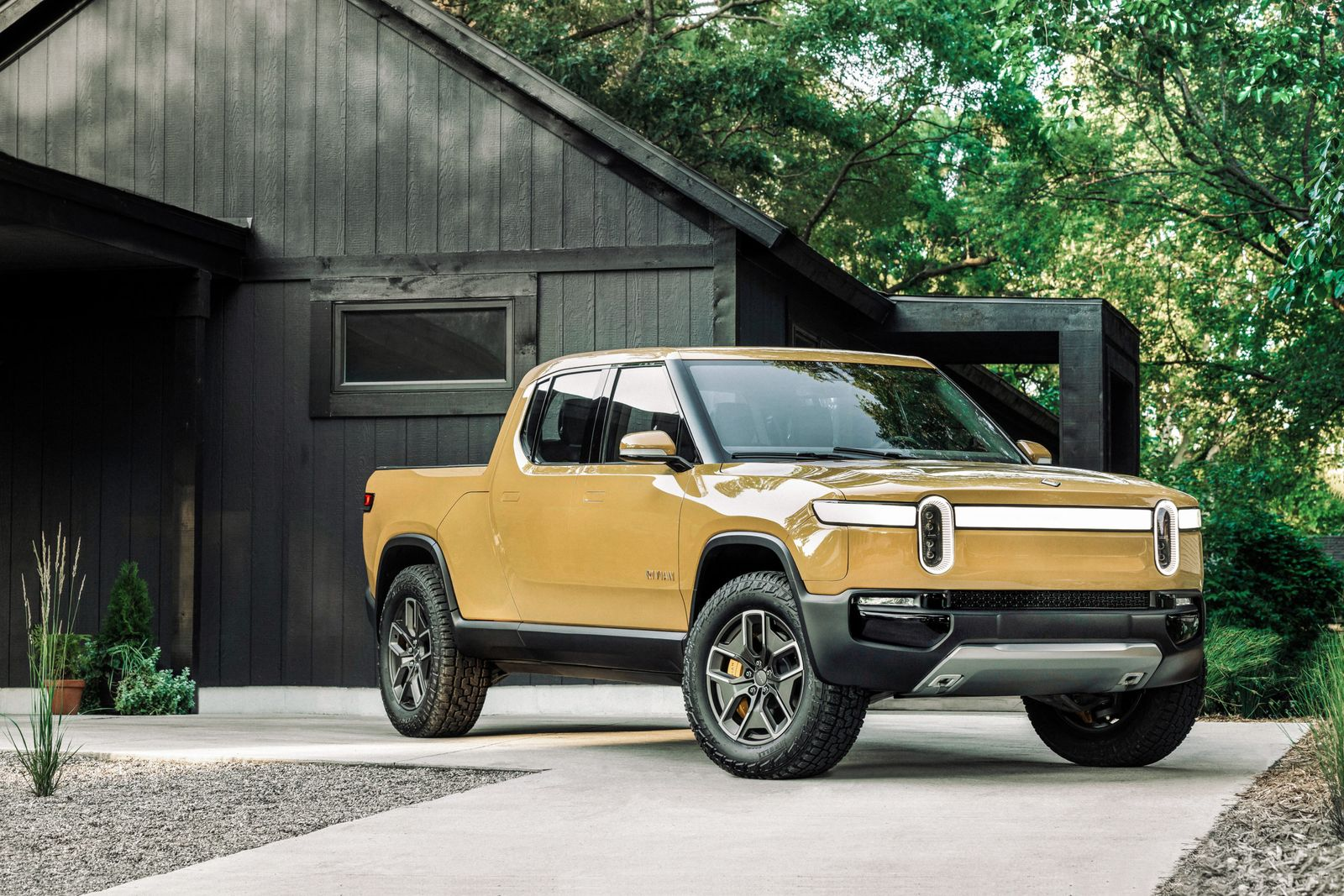 2020_08_Rivian-R1T-Yellow-Front-June2020-AndiHedrick-scaled