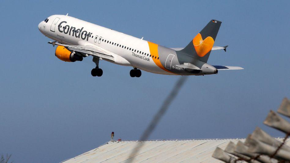 Flugzeug von Condor: Das Kartellamt stimmt einer Airline-Fusion mit der polnischen LOT zu, doch ein Gläubiger macht Probleme