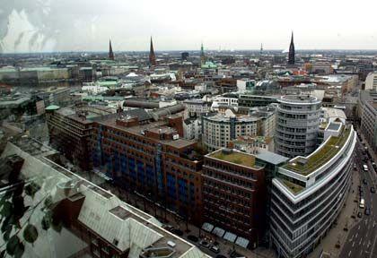 Skyline von Hamburg: Immer mehr Immobilienunternehmen haben einer Umfrage zufolge Schwierigkeiten, Kredite zu bekommen