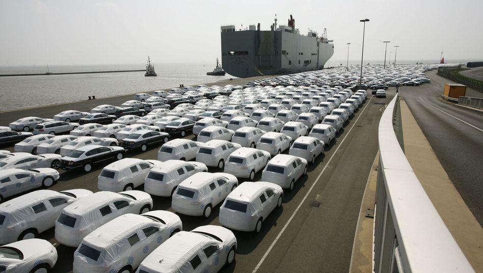 Ab aufs Schiff: Deutsche Autos waren im Ausland im vergangenen Jahr sehr gefragt, hiesige Autobauer legten Rekordbilanzen vor