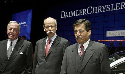 Stabwechsel nach 18 Jahren: Langzeitkontrolleur Kopper mit DaimlerChrysler-Chef Zetsche und dem neuen Chefaufseher Bischoff (von rechts nach links)