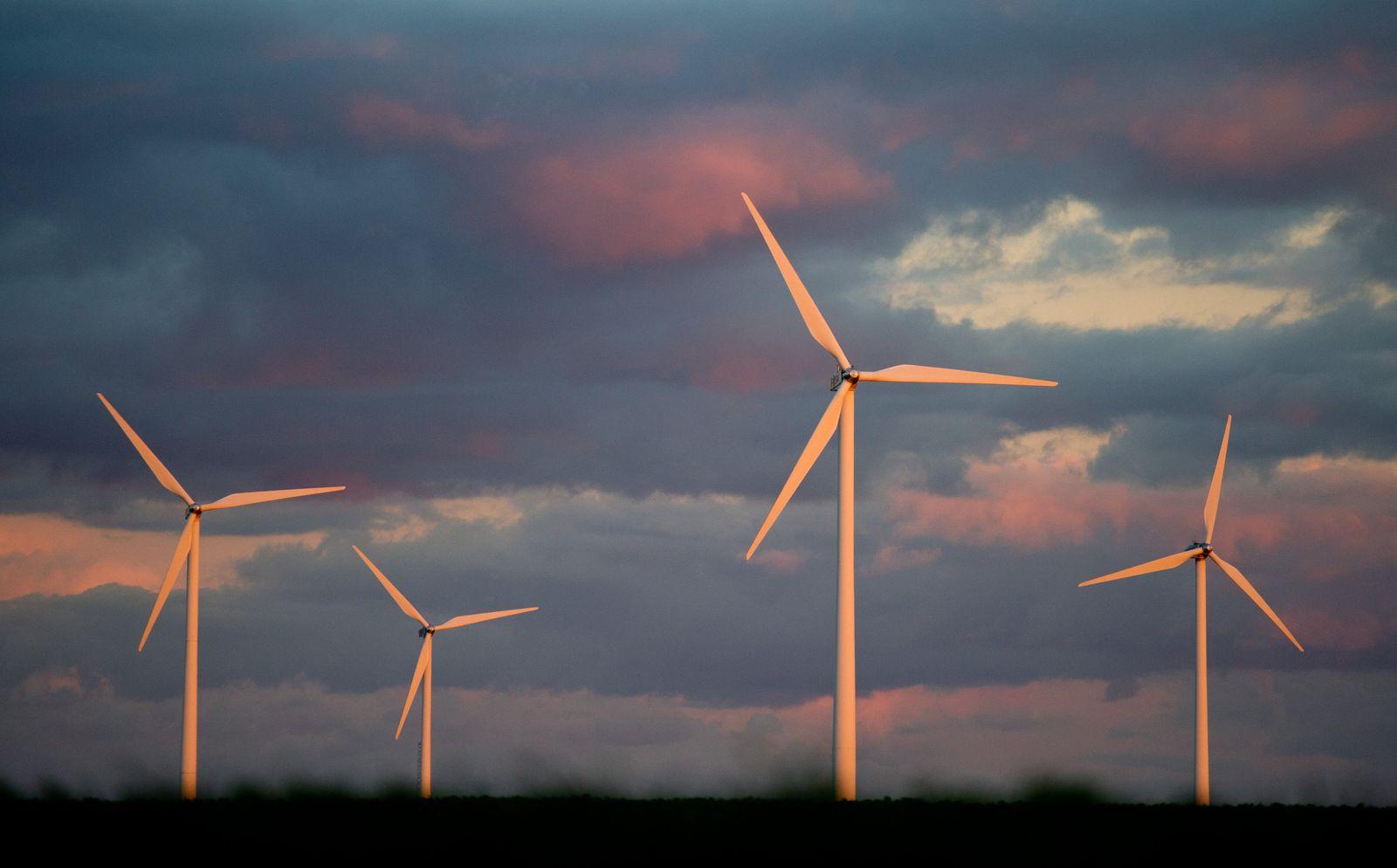 Windpark / Windkraft / Windenergie / Windräder / Abendhimmel
