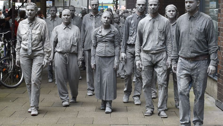 """Ziemlich traurig. Kunstaktion """"1000 Gestalten"""" zum G20-Treffen in Hamburg im Juli 2017."""