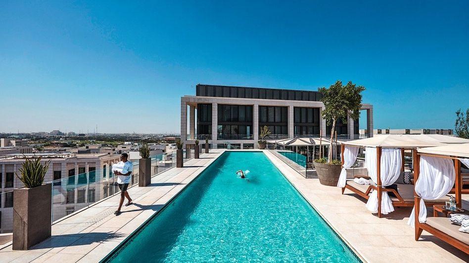 WASSER ÜBER DER WÜSTE Der Pool auf dem Dach ist der beste Platz im Haus