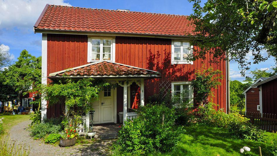 """""""Bullerbü"""": Das mittlere der drei Häuser in Sevedstorp, wie der Ort richtig heißt, soll für mindestens 87.000 Euro verkauft werden"""