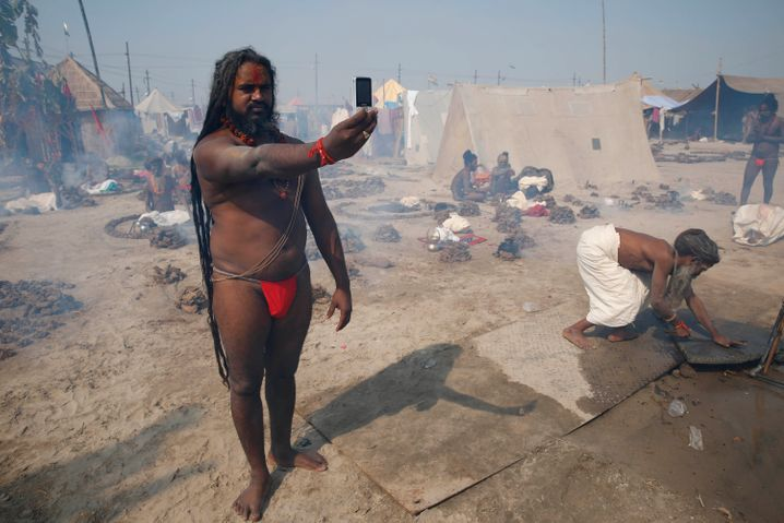 Inder mit Smartphone