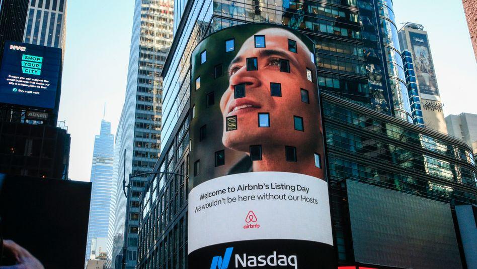 Symbol der Liebe zum Risiko: Werbung für Airbnb an einer Nasdaq-Leuchttafel am Times Square in New York zum Börsendebüt am 10. Dezember. Der Aktienkurs des Reiseanbieters schoss zunächst hoch - trotz Reisekrise.