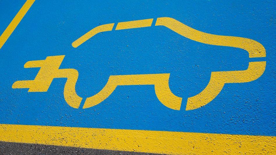 Ladestationen für Elektroautos: Nach dem Willen der EU-Kommission sollen die Mitgliedstaaten bis 2030 ein enges Netz an Ladestationen entlang von europäischen Schnellstraßen, Autobauen und wichtigen Bundesstraßen fertiggestellt haben
