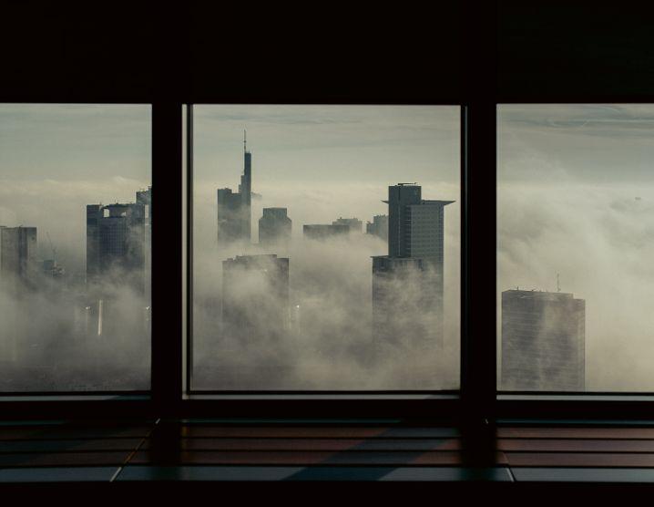 Glaube, Nebel, Hoffnung: Blick aus der Frankfurter Skyline auf eben diese.