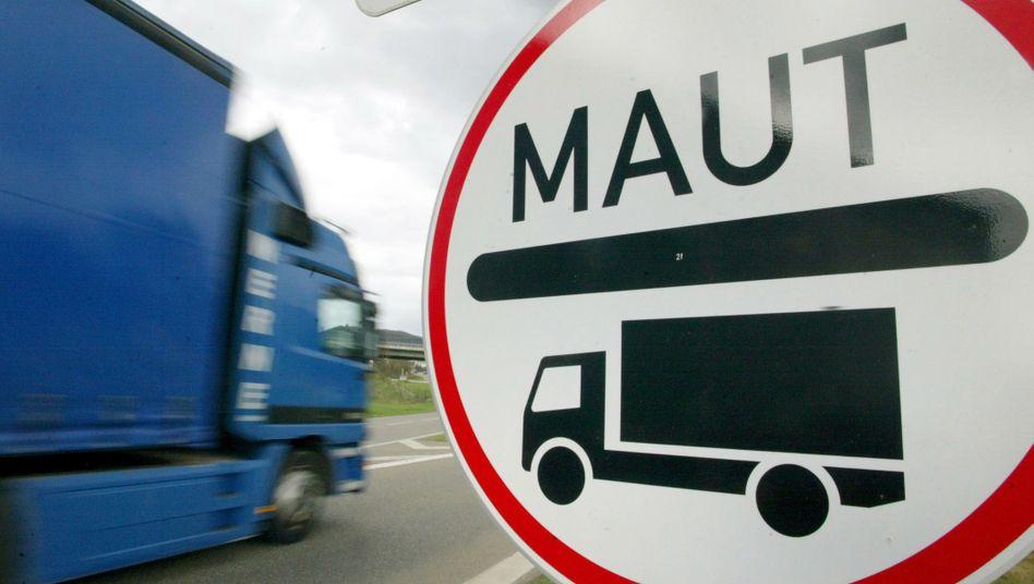 Seit 2005 müssen Lkw für die Benutzung der Autobahnen Maut zahlen