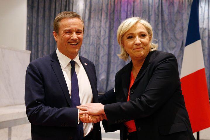 Nicolas Dupont-Aignan (L) mit Marine Le Pen: 5 Prozent im ersten Wahlgang