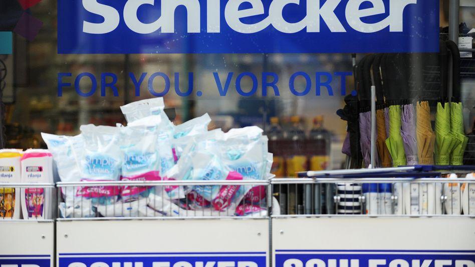 Schlecker-Filiale: 30.000 Beschäftigte bangen um ihre Jobs. Die Drogeriekette ist zwar pleite, aber nicht verloren.