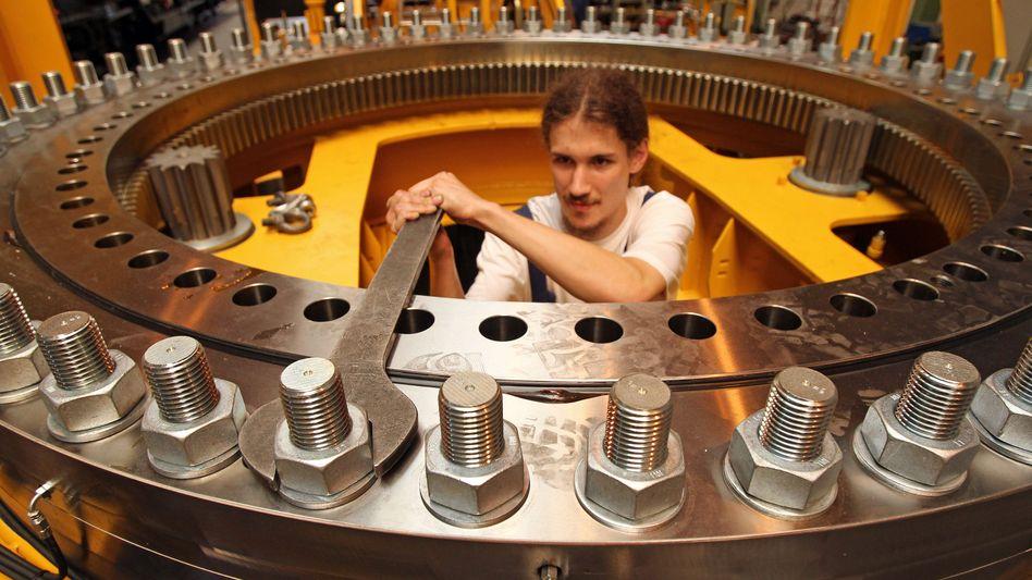 An den Gehältern schrauben: Die IG Metall fordert den Lohn für ihre Zurückhaltung
