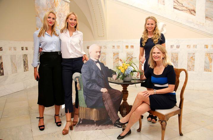 Gestatten, die Millionärinnen von Platz 501: Vier leibhaftige Gräfinnen von Faber-Castell mit Pappverwandtem Lothar von Faber