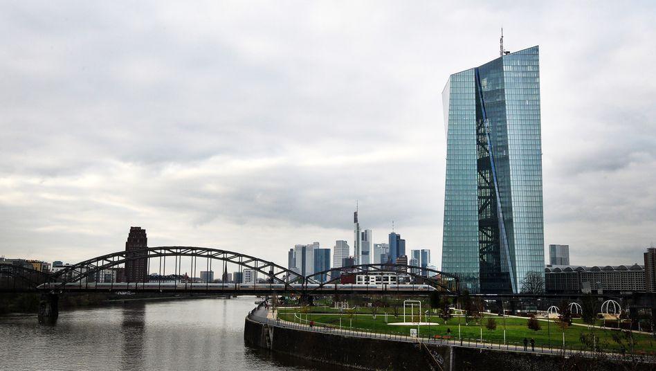 EZB-Turm in Frankfurt am Main: Die EZB bleibt vorerst im Krisen-Modus