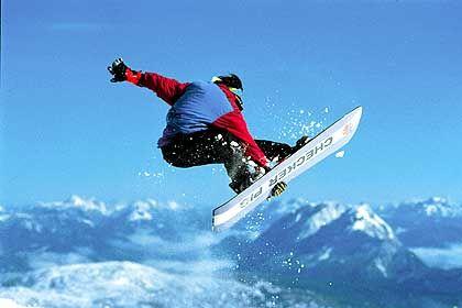 Tricks im Pulverschnee: Für Snowboarder zählt die markierte und kontrollierte Skiroute in Ramsau zu den schönsten Freestyle-Strecken der Alpen