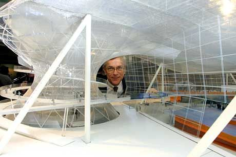 Stolzer Noch-Chef mit Modell: Joachim Milberg enthüllt den BMW-Erlebnispark
