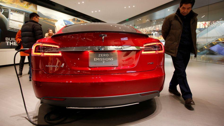 Tesla in China: Die luxuriösen Elektromobile von Tesla sind in China gefragt, doch eine eigene Fabrik im Reich der Mitte ist auf einmal wieder fraglich