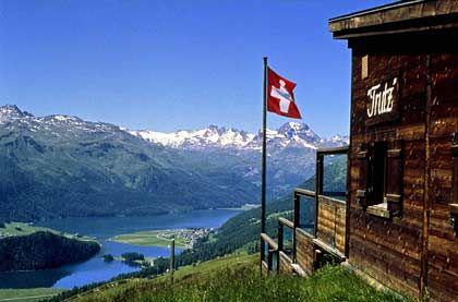 """Schöne Aussicht selbst nach der Schneeschmelze: Wie ein Amphitheater ist die Hütte """"Trutz"""" in den Berg gebaut"""