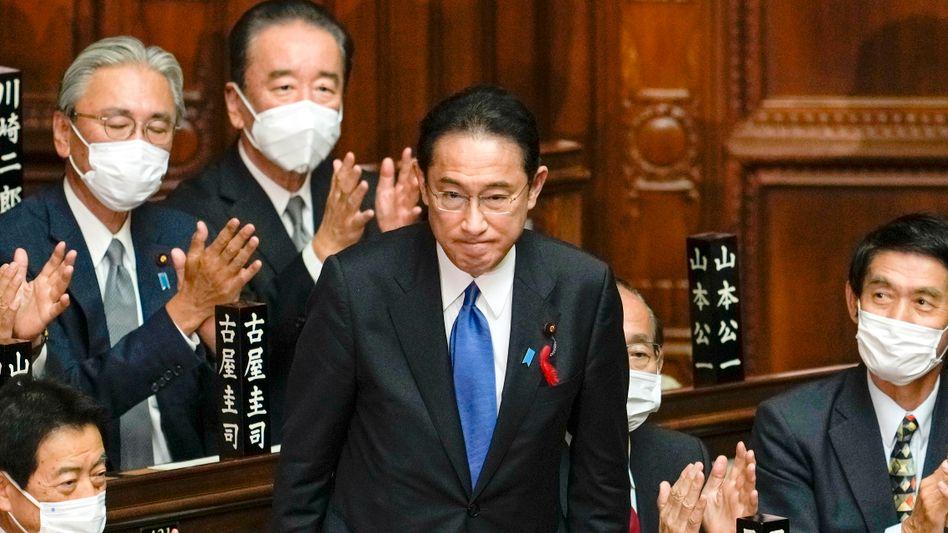Formsache: Abgeordnete der LDP beklatschen die Wahl ihres Parteichefs Fumio Kishida zum Premierminister