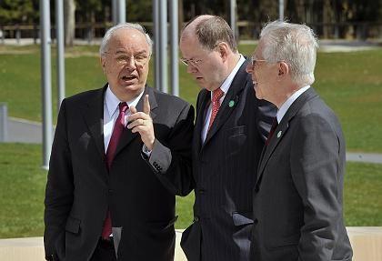 So müsste es gehen: Finanzminister Steinbrück (M.) in Brdo im Gespräch mit seinen Kollegen Andrej Bajuk (Slowenien, l.) und Tommaso Padoa-Schioppa (Italien)