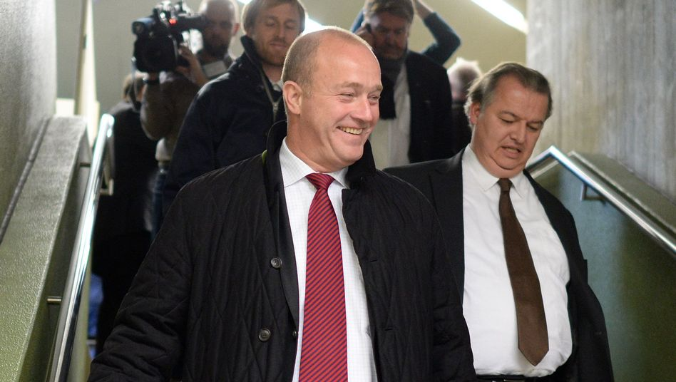 Saß nur einen Bruchteil seiner Gefängnisstrafe ab: Ex-BayernLB-Vorstand Gerhard Gribkowsky (l) beim Prozess gegen Formel-1-Chef Ecclestone im Mai 2014