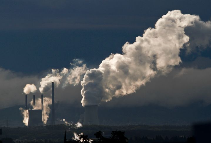 Hoher Ausstoß von Kohlendioxid: RWE und Eon haben noch viele Kohlekraftwerke im Portfolio (im Bild der Eon-Meiler Großkrotzenburg in Hessen)