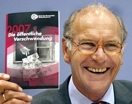 """Stolz: Im """"Schwarzbuch 2007"""" hat Karl Heinz Däke, Präsident des Steuerzahlerbundes, erneut zahlreiche Fälle staatlicher Geldverschwendung zusammengetragen"""