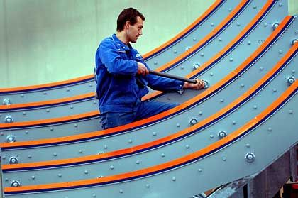 """Tonnenschwere Verpackung: An einem Seetransportgestell für den Airbus A380 arbeitet der Anlagenbauer Marco Becker in der AMAS GmbH Neu Kaliß (Landkreis Ludwigslust). Insgesamt 18 dieser Stahlkonstruktionen für den Wasser- und Straßentransport der einzelnen Rumpfsektionen des """"Riesenvogels"""" waren vom europäischen Flugzeugbauer für rund 2,5 Millionen Euro bestellt worden. Die letzte dieser jeweils bis zu 35 Tonnen schweren Stahlkonstruktionen für den sicheren Transport der Flugzeugteile ab Hamburg-Finkenwerder nach Toulouse soll Anfang 2005 ausgeliefert werden."""