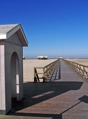 Weiter Weg: Nur über die frisch renovierte Seebrücke geht es in St. Peter-Ording Bad zum Strand