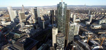 Banken in Frankfurt am Main: Nach Meinung von Wissenschaftlern liegen vor allem Banken in Staatsbesitz den Steuerzahlern auf der Tasche