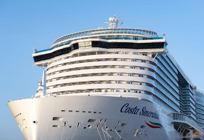 """""""Costa Smeralda"""" (Bild Archiv): Tausende Passagiere sitzen auf dem Kreuzfahrtschiff fest in Civitavecchia bei Rom und dürfen es nicht verlassen. Es besteht der Verdacht, dass sich Passagiere mit dem Coronavirus angesteckt haben."""
