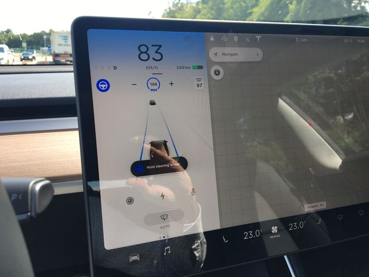 Autopilot-Warnung, wenn man zu lange die Hände vom Steuer lässt