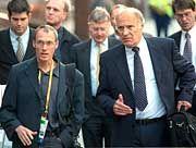 Eilt derzeit von einer juristischen Niederlage zur nächsten: Dieter Baumann (l., neben ihm Helmut Digel)