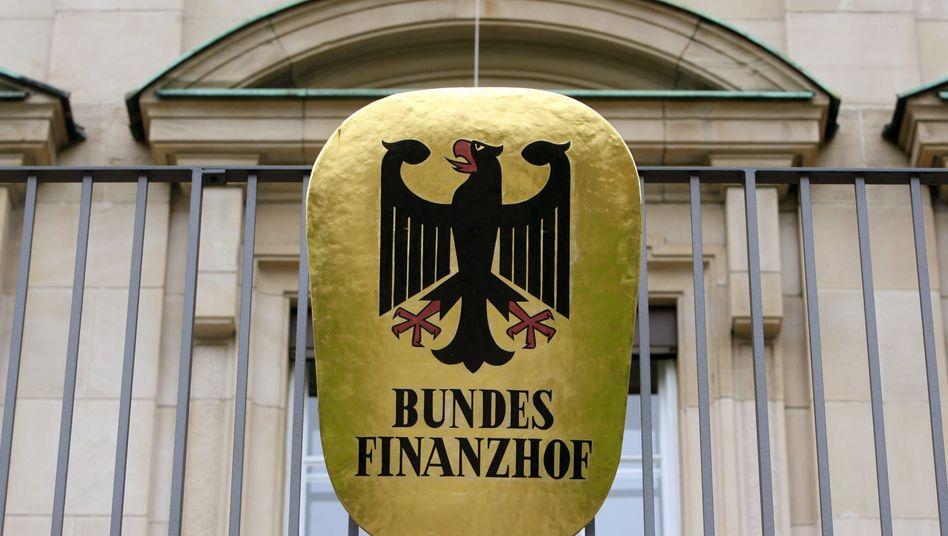 Die Bundesrichter vom Bundesfinanzhof kritisieren 6 Prozent Zinsen auf Steuerschulden als realitätsfern und haben Zweifel an der Verfassungsmäßigkeit dieser hohen Zinsen.