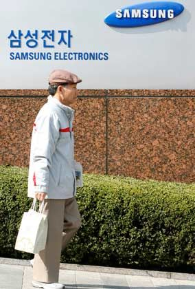 Vorsicht geboten: Angesichts der Wirtschaftskrise senkt Samsung offenbar sein Verkaufsziel für Handys