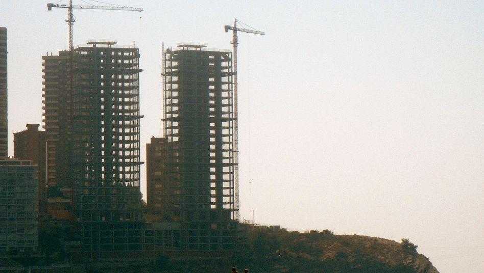 Baustelle in Benidorm: Das Platzen der Immobilienblase bereitet vor allem den Sparkassen und Konsumenten bis heute Probleme