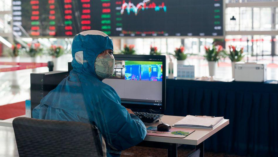 Infrarot-Temperatur-Maschine in der Lobby des Börsengebäudes in Shanghai: Die Zahl der Infizierten steigt weiter, doch die Börsen erholen sich bereits