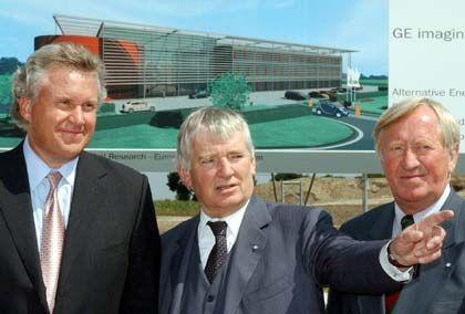 Immerhin ein kleiner Erfolg: Jeffrey R. Immelt, Präsident des US-Konzerns General Electric, Bundesinnenminister Otto Schily und Bayerns Wissenschaftsminister Hans Zehetmair freuen sich über das neue GE-Zentrum für Entwicklung bei München.