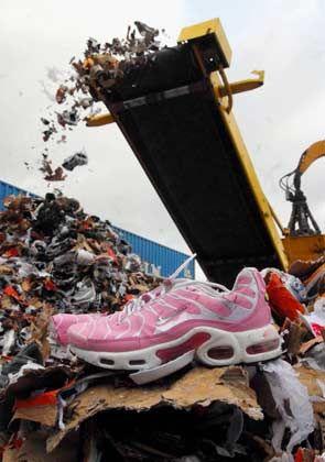 Millionenschäden: Gefälschte Markenturnschuhe im Hamburger Hafen