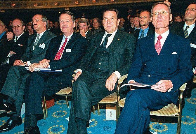 Lieblingsplatz: Mittendrin fühlt sich Arend Oetker (3. v. r.) immer am wohlsten. Hier rahmt er 1999 mit dem damaligen BDI-Präsidenten Hans-Olaf Henkel (r.) Kanzler Gerhard Schröder ein. Auch bei der Deutschen Gesellschaft für Auswärtige Politik oder dem Stifterverband war Oetker jahrzehntelang engagiert.