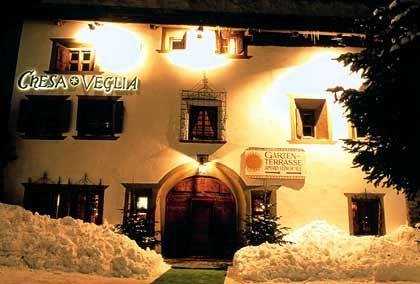 Engadiner Bauernhaus aus dem Jahre 1658: Das Restaurant Chesa Veglia mit dem gleichnamigen Club im Untergeschoss wurde 1928 vom damaligen Besitzer des Badrutt's Palace Hotel gekauft und umfunktioniert