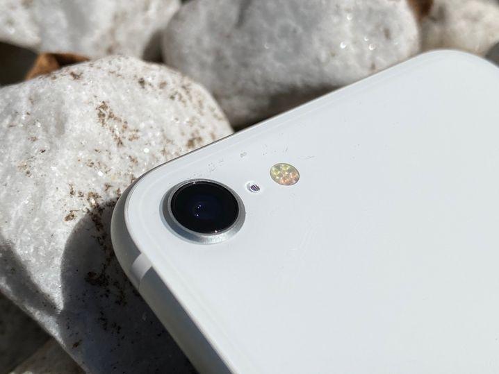 Die Rückseite des iPhone SE: Das Gerät muss sich hier mit einer einzigen Kamera begnügen, während die 11er-Modelle über zwei oder drei Kameras verfügen