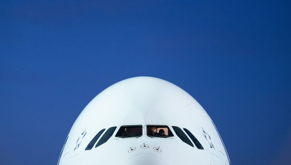 Airbus der Lufthansa: Der überragende Teil der Maschinen stehen seit Wochen am Boden. Die Lufthansa leidet wie andere Airlines auch massiv unter dem Lockdown in der Corona-Krise. Solange es keinen verlässlichen Impfstoff gegen das Coronavirus gibt, ist unklar, wie der Flugbetrieb in Zukunft funktionieren kann und darf. Klar ist, die Verluste für die Fluggesellschaften steigen enorm an. Ohne staatliche Unterstützung sind die meisten am Ende.